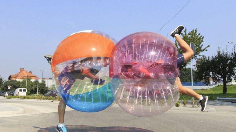 Umschubsen erwünscht: Beim Bubble Football machen die Zweikämpfe wohl mindestens genauso viel Spaß wie das Fußballspiel selbst.