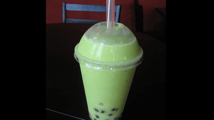 Ein leckerer Honeydew Bubble Tea mit Tapioka-Perlen ist erfrischend und nahrhaft.