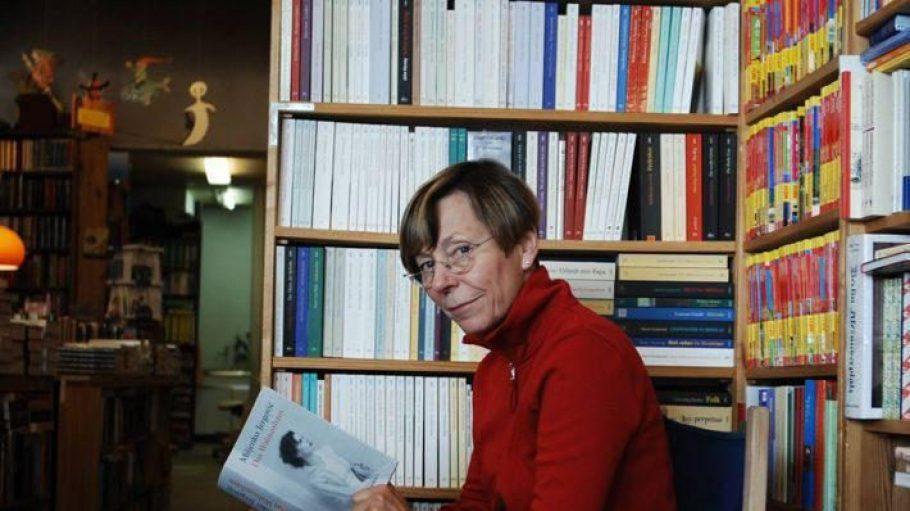 Die Buchhändlerin Christiane Fritsch-Weith in ihrem Buchladen.