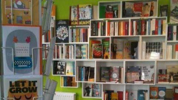 Luftig eingerichtet, mit ausgewählter Literatur - hier sind vollgestopfte Bücherregale tabu.