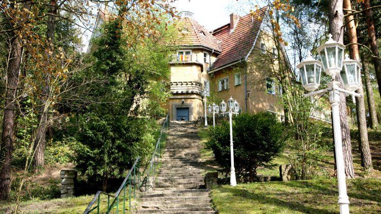 Das Buddhistische Haus liegt idyllisch mitten im Grünen.