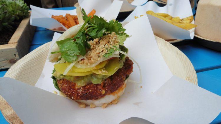 """Ein etwas anderer Burger: Der """"Chick on Fire"""" kommt mit gegrilltem Hünchen, japanischem Rettich, jungem Spinat, Koriander und Avocado-Salsa daher."""