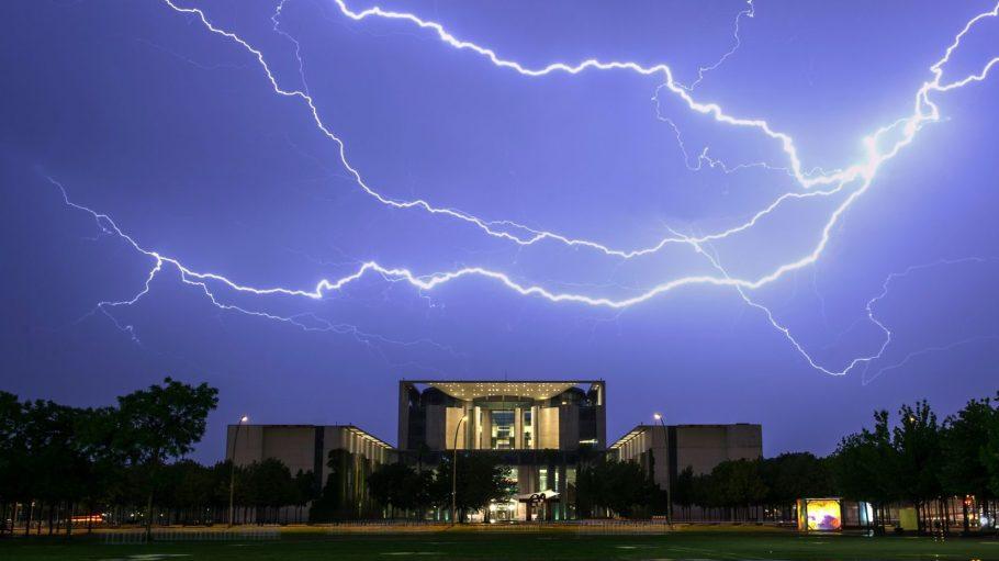 Blitze über dem Kanzleramt.