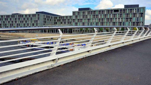 Alles in Farbe. Der Neubau des Bundesministeriums für Bildung und Forschung am Kapelle-Ufer 1, an der Spree.