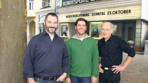 Die drei Inhaber des Bundesplatz-Kinos, als der Schriftzug am Gebäude noch nicht erneuert war: Martin Erlenmaier, Karlheinz Opitz und Peter Latta (v. l. n. r.).