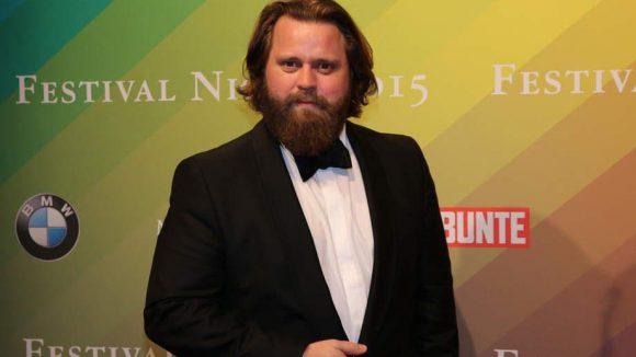 Schauspieler und Produzent Antoine Monot Jr. mit wallendem Bart und Fliege.