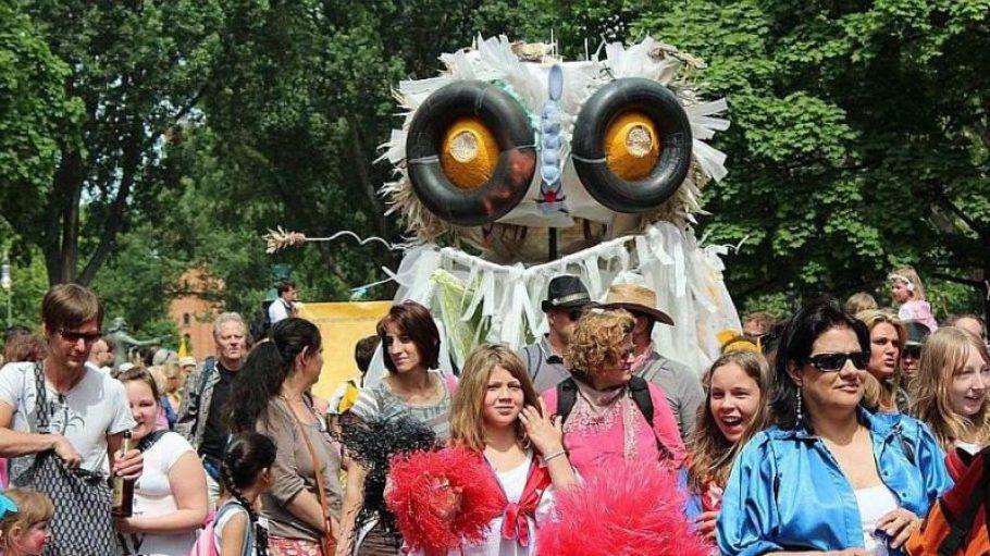 Bunte Kostüme und auffällig dekorierte Wagen: Das ist der Karneval der Kulturen in Berlin