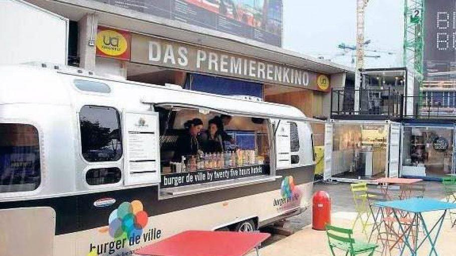 """Neben dem Bikini-Haus stand der silberne Imbisswagen von """"Burger de Ville""""."""