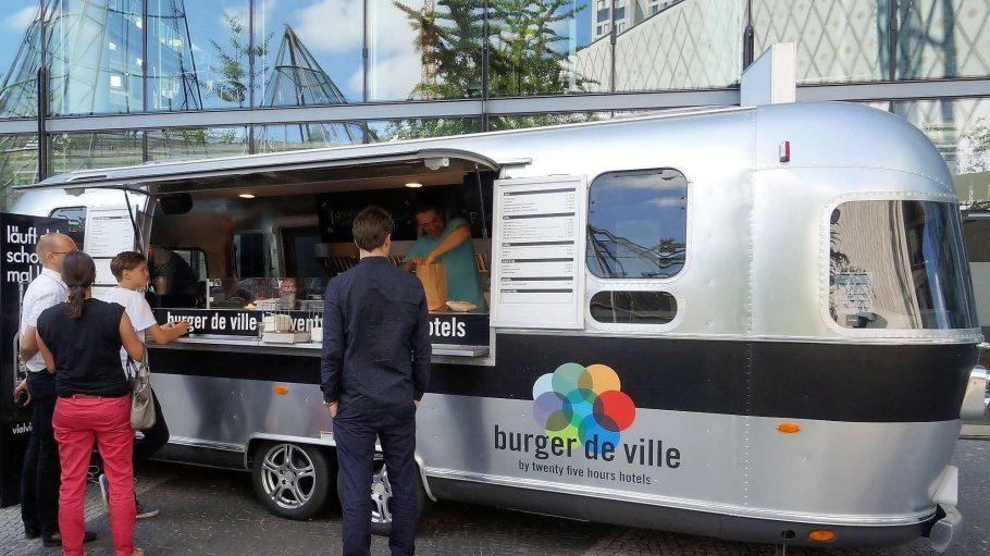 """""""Burger de Ville"""" ist wieder ins Neue Kranzler-Eck gerollt und plant dort einen Laden. Der silberne Airstream-Wagen soll dann zusätzlich andernorts in Berlin stehen."""