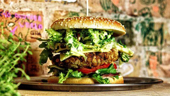 Typisch Neukölln: Saftige Burger und ranzig-schicke Locations.
