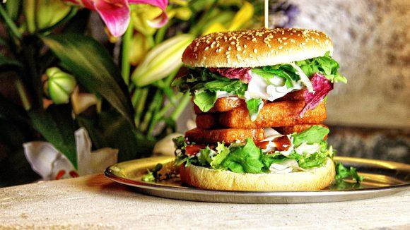 Vegetarischer Traum: Haloumi-Käse zwischen den Brötchenhälften gehört fast schon mit zum Standard eines jeden Burger-Ladens.