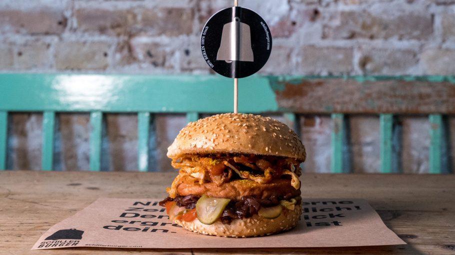 Verrückte Food-Kreationen, wie dieser Currywurst-Burger sorgen für Abwechslung in deinem Mund.