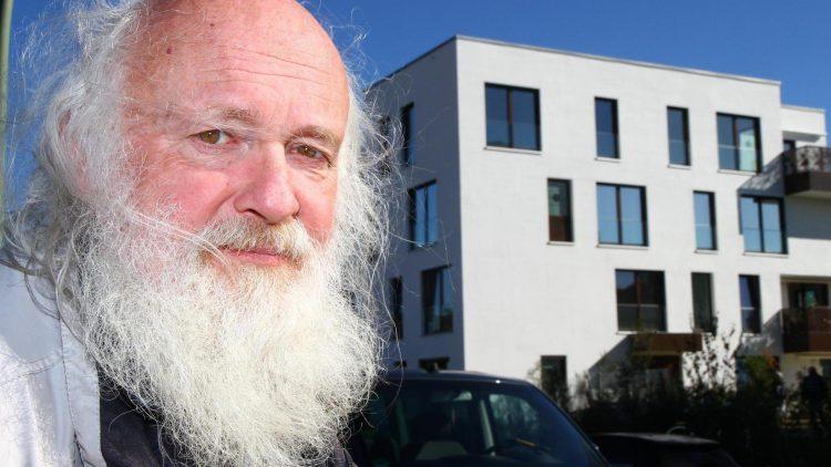 """Burkhard Zimmermann, Vorsitzender der SPD Dahlem, will """"nicht rummeckern"""" über die Luxussiedlung """"Fünf Morgen Dahlem Urban Village"""" - einem Wohngebiet mit Apartments, Villen, Penthouses und künstlichem See - aber er macht sich schon Sorgen um die soziale Mischung. Er befürchtet immer mehr geschlossene Wohnanlagen. Einst sorgten die Amerikaner, nach seiner Ansicht, für """"Lockerheit"""" in diesem """"stur-konservativen Milieu"""" von Dahlem."""