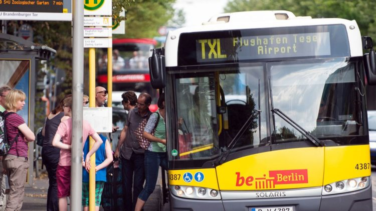 Der TXL zwischen Flughafen und Alex ist besonders anfällig für Gedränge und Verspätungen. Die internationalen Gäste verstehen die deutschen Ansagen der Fahrer meist nämlich nicht.