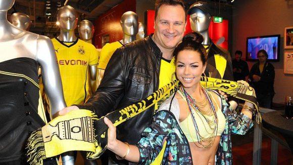 """Modemacher Guido Maria Kretschmer und Sängerin Fernanda Brandao mit viel Schwarz-Gelb. Brandao steht morgen klar hinter dem BVB: """"Ich drücke ihnen die Daumen, die Zehen, alles. Ich würde es ihnen von Herzen gönnen."""" Ihre Verbindung zur Borussia kam durch ihr Engagement für Ausrüster Puma zustande."""