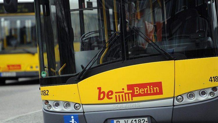 Die aktuelle Neigetechnik der BVG-Busse ist womöglich bald Geschichte. Statt sich automatisch gen Boden zu neigen, damit den Fahrgästen das Ein- und Aussteigen leichtfällt, sollen die Busse sich in Zukunft nur noch auf Knopfdruck seitlich absenken.