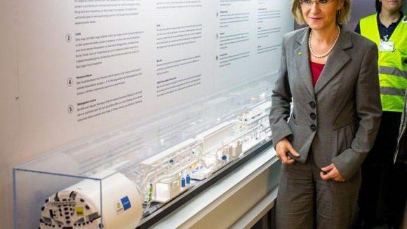 BVG-Chefin Nikutta im neuen Info-Waggon der BVG.