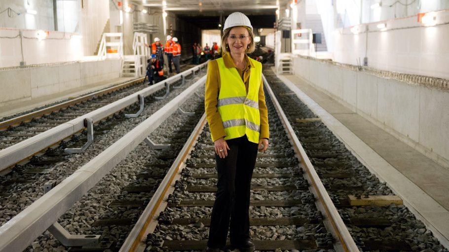 In zentraler Position: Auch BVG-Chefin Sigrid Evelyn Nikutta besichtigte den Tunnel unter der Friedrichstraße am Dienstag. Ab 17. November fährt die U 6 wieder durch.