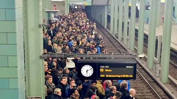 Wie? Mit denen allen soll ich Bahn fahren? Wäre ja nur halb so schlimm, wenn sich alle mal ein bisschen zusammenreißen würden - soll heißen: rücksichtsvoll wären.