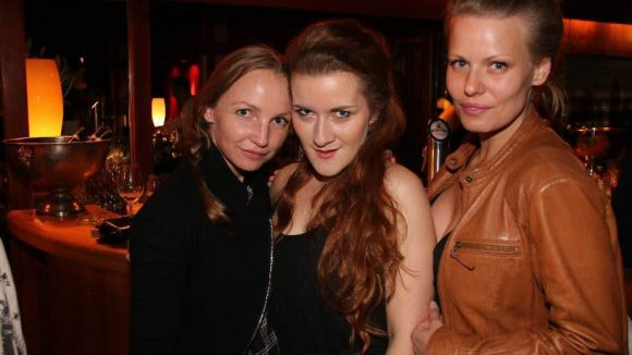 Cabaret-Darstellerin Julia Maria Wolf (spielt Helga, Mitte) mit ihren Freundinnen Manja Größ (l.) und Constanze Prütting.