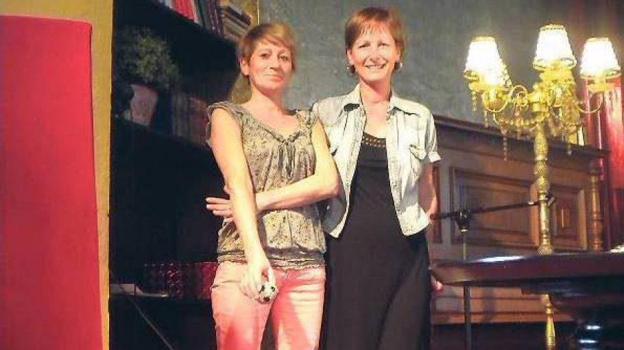 Die Inhaberin Adelheid Gehringer (rechts) mit der Geschäftsführerin des Café BilderBuch.