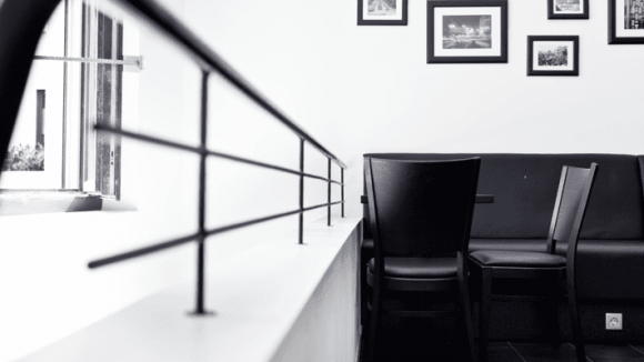 Passend zum Logo und bisherigem Konzept ist auch die Einrichtung schlicht in Schwarz und Weiß gehalten.