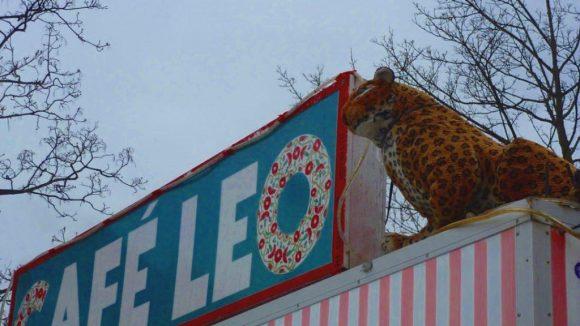 Der Imbisswagen am Leopoldplatz darf samt Maskottchen auf dem Dach bleiben.