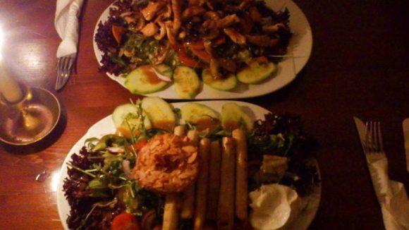 Besonders der im schummrig-schönen Restaurant servierte Salat ist ein Genuss. Den gibt es in der Saison zum Beispiel mit Schwarzwurzel und einer panierten Ananasscheibe.