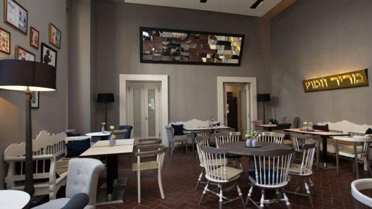 Nach Umbauarbeiten erstrahlt das Café im Jüdischen Museum in neuem Glanz. Im Schmus dominieren natürliche Farben, von Grau über Beige bis hin zu Braun.