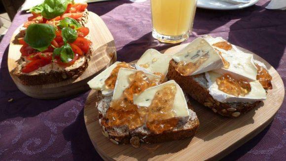 """Das CaféSmørrebrød in Friedenau hat sich auf die dänische Variante der Butterstulle spezialisiert: Hier zu sehen die """"Rote Stulle"""" und das """"Schimmelbrot""""."""