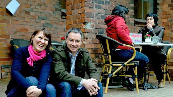 Olga und Martin Strauss, 44 und 48, haben das Friedhofsgebäude auf dem Friedrichswerderschen Friedhof als Café eingerichtet.
