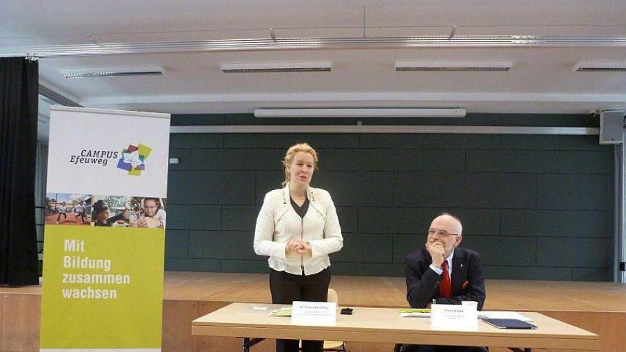 Neuköllns Schulstadträtin Franziska Giffey und degewo-Vorstandsmitglied Frank Bielka bei der Vorstellung der Campus Efeuweg-Pläne.