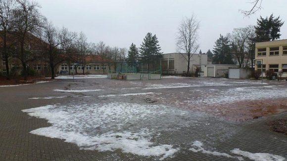 Im Winter ein eher tristes Bild: der Schulhof der Liebig-Schule, die zum Schuljahr 2013/14 mit der Walt-Disney-Grundschule fusionieren wird.