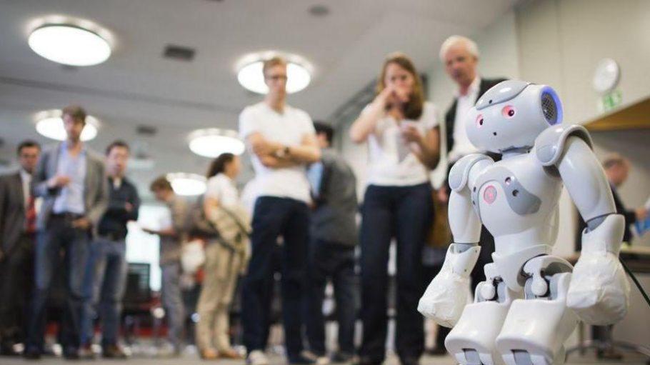 """10.000 Teilnehmer aus 66 Ländern werden zum Technologiefestival """"Campus Party"""" in Tempelhof erwartet, um sich über Trends wie diesen Nao-Roboter auszutauschen."""
