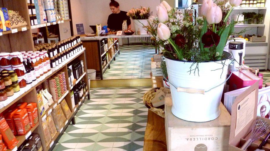 So schön kann Einkaufen sein! Im Candy on Bone Shop und Deli sind die Regale gefüllt mit Chutneys, Pasta, Öl und Honig.