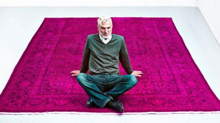 """Erinnert ein bisschen an """"Der fliegende Teppich"""" aus 1001 Nacht, wie Peter Kaiser da auf einem seiner eingefärbten Exemplare sitzt."""