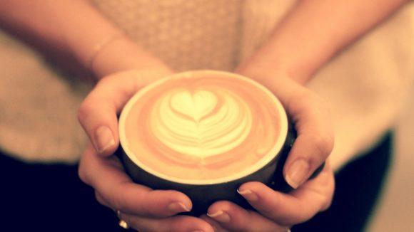 Dieser Cappuccino sieht nicht nur gut aus, sondern schmeckt auch richtig lecker!
