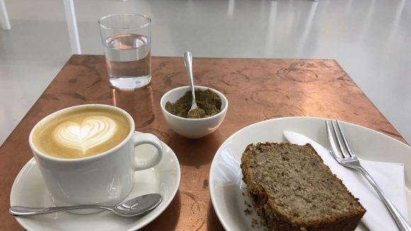 Seit August bietet die Black Isle Bakery in Mitte sowohl Kaffee als auch herzhafte und süße Leckereien an wie dieses Haselnuss-Banana-Bread.