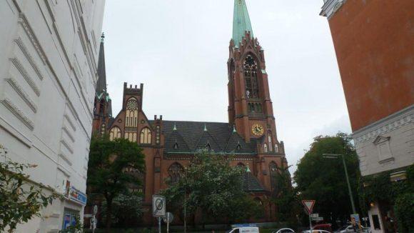 Die Ende des 19. Jahrhunderts erbaute neogotische Apostel-Paulus-Kirche von der Vorbergstraße aus gesehen.