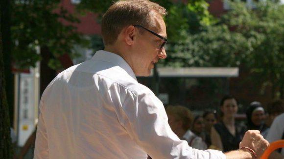 Baustadtrat Carsten Spallek (CDU) redet bei der Eröffnung des Lokspielplatzes.