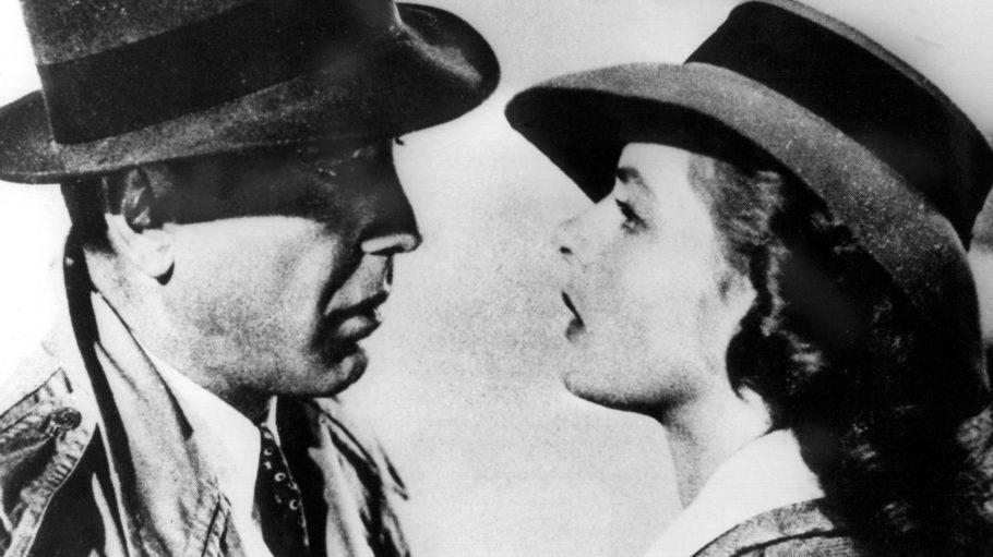 """Ingrid Bergman als Ilsa Lund Laszlo und Humphrey Bogart als Richard """"Rick"""" Blaine blicken sich in dem Filmklassiker """"Casablanca"""" von 1942 tief in die Augen."""