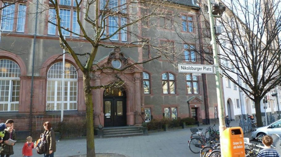In der Cecilien-Schule am Nikolsburger Platz lernen die Kinder früh den Umgang mit Tieren.