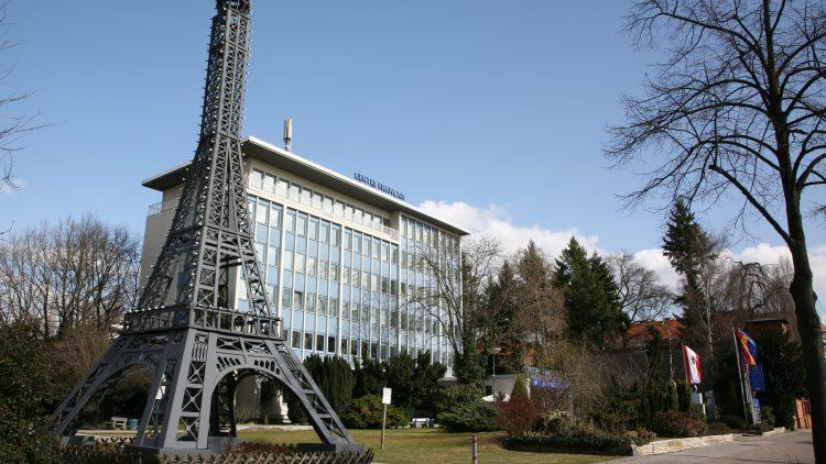 Vor dem Centre steht eine Nachbildung des Eiffelturms, geschützt von einem typisch deutschen Zaun.