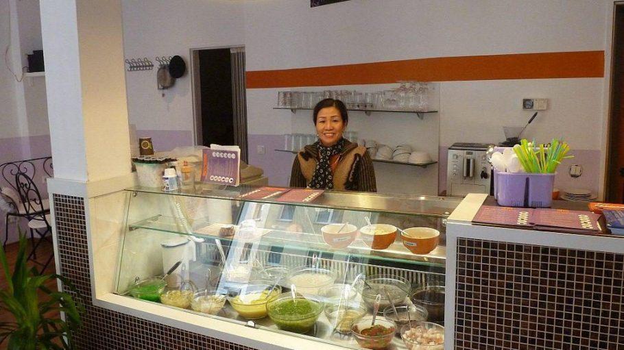 Café-Betreiberin Thoa Fürst hinter der Vitrine, in der die frischen Zutaten für die Chè-Speisen stehen.