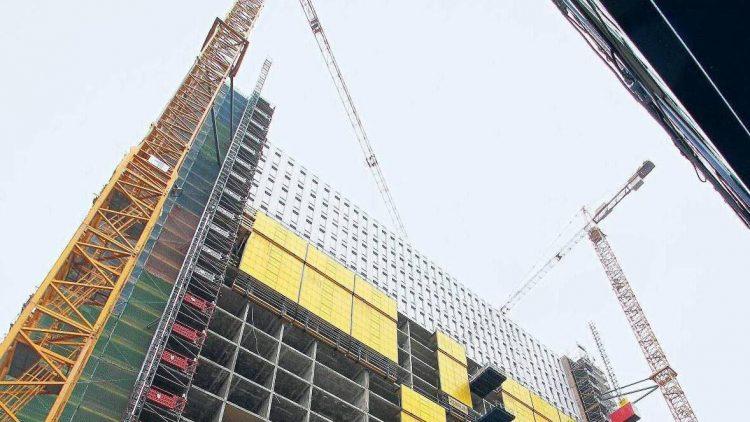Noch nicht fertig, aber im Plan: Die Baustelle am Bettenturm der Charité in Mitte.