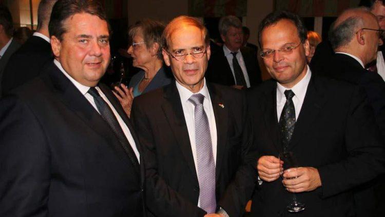 """Vizekanzler Sigmar Gabriel (SPD), der auch die Tischrede hielt, parliert mit Israels Botschafter Yakov Hadas-Handelsman und Botschafter Dr. Felix Klein vom Außenamt (v.l.) - manche Miitarbeiter dieses Ministeriums werden ebenfalls """"Botschafter"""" genannt."""