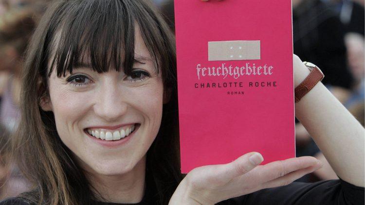"""2008 präsentierte Charlotte Roche stolz ihren damals gerade erschienenen Roman """"Feuchtgebiete"""" - und ahnte sicher nicht, dass es ein solcher Erfolg werden würde."""