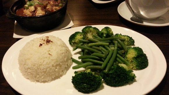 Sehr empfehlenswert: das Gericht Kho To, geschmorte Tofutaschen, die mit gedämpftem Gemüse und Reis serviert werden.