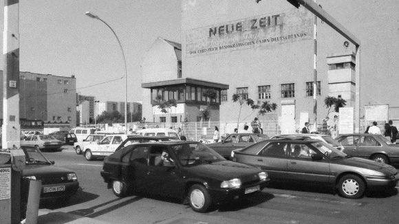Checkpoint Charlie, 1992. Auf diesem Bild sind noch Relikte der ehemaligen Grenzstation erkennbar.