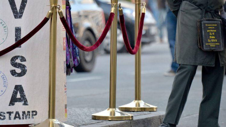 Am Checkpoint Charlie lassen sich Schauspieler in Uniformen aus dem Kalten Krieg fotografieren - für Geld. Und auch den Reisepass können sich TouristInnen hier gegen Gebühr stempeln lassen.